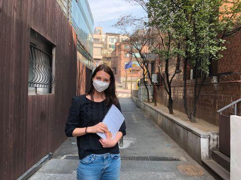 SPIEGEL-Korrespondentin Peters vor der Deutschen Schule in Seoul
