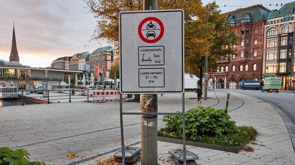 Bis hierher und nicht weiter: Autos sind am Hamburger Jungfernstieg künftig meistens ausgesperrt