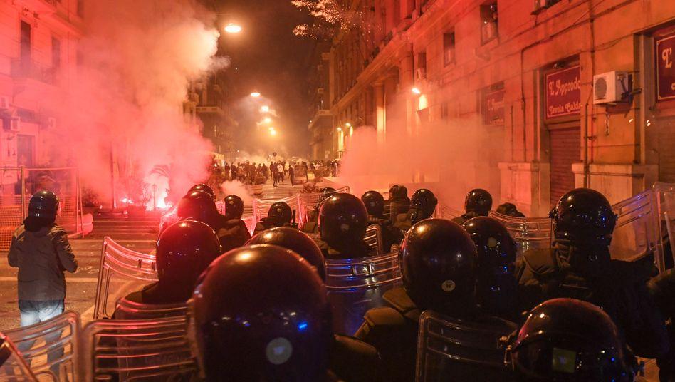 """Ausschreitungen in Neapel: """"Wir werden nun alles schließen"""""""