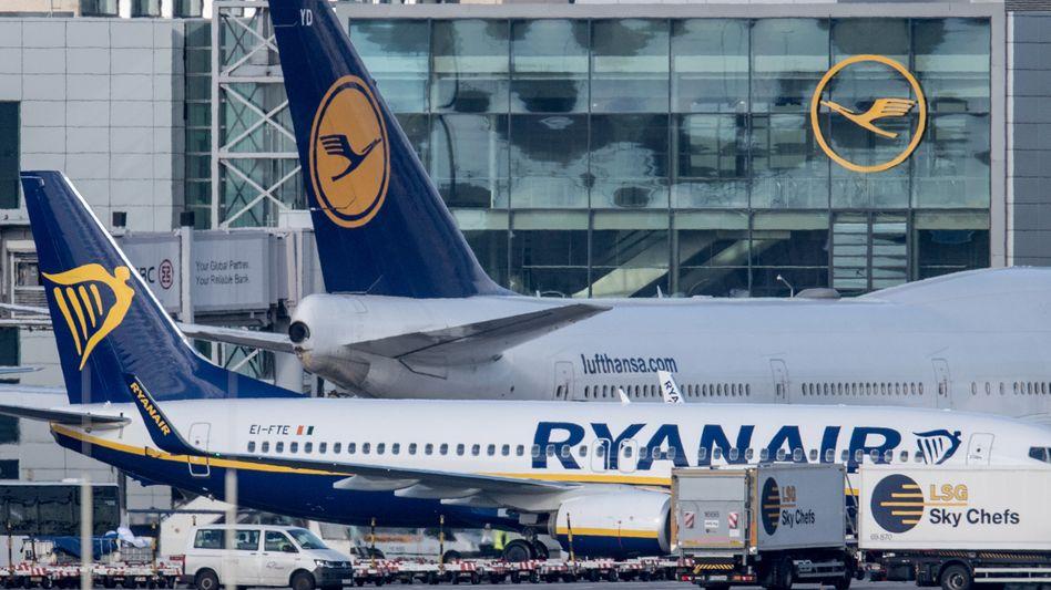 Flugzeuge von Ryanair und Lufthansa in Frankfurt