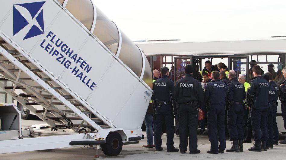 Abschiebung abgelehnter Asylbewerber auf dem Flughafen Leipzig-Halle (Archiv)