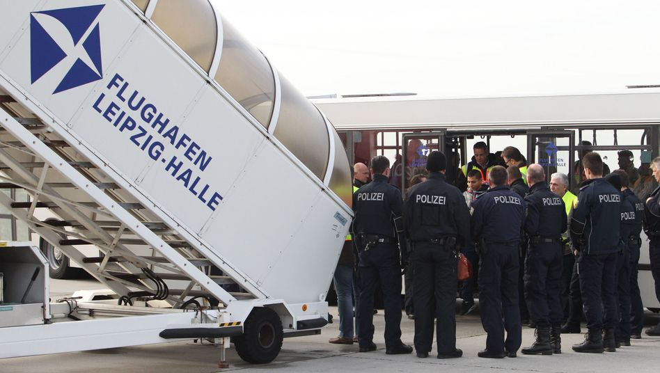 Abgelehnte Asylbewerber auf dem Flughafen Leipzig-Halle (Archivbild)