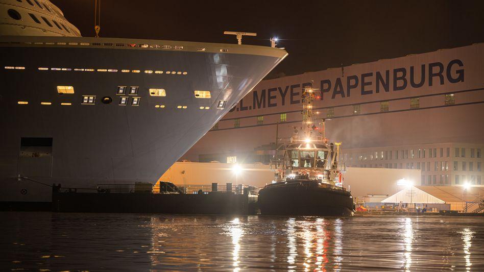 Ein Kreuzfahrtschiff im Werftbecken der Meyer-Werft