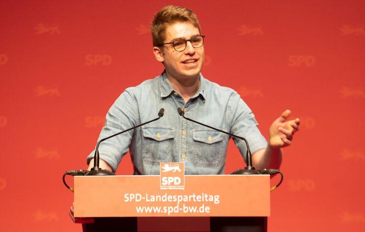 Der Pfleger Alexander Jorde spricht auf dem Parteitag der SPD Baden-Württemberg
