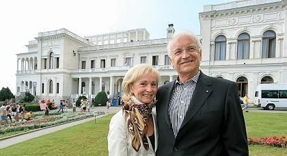 """Bayerns Ministerpräsident Stoiber mit Ehefrau Karin bei einem Besuch der Halbinsel Krim: """"Er ist ein Mann der Jugend"""""""