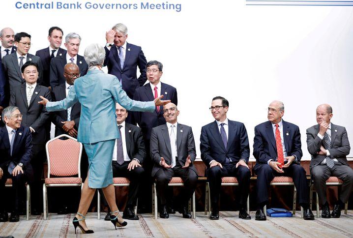 Christine Lagarde grüßt die Herren Finanzminister in Japan