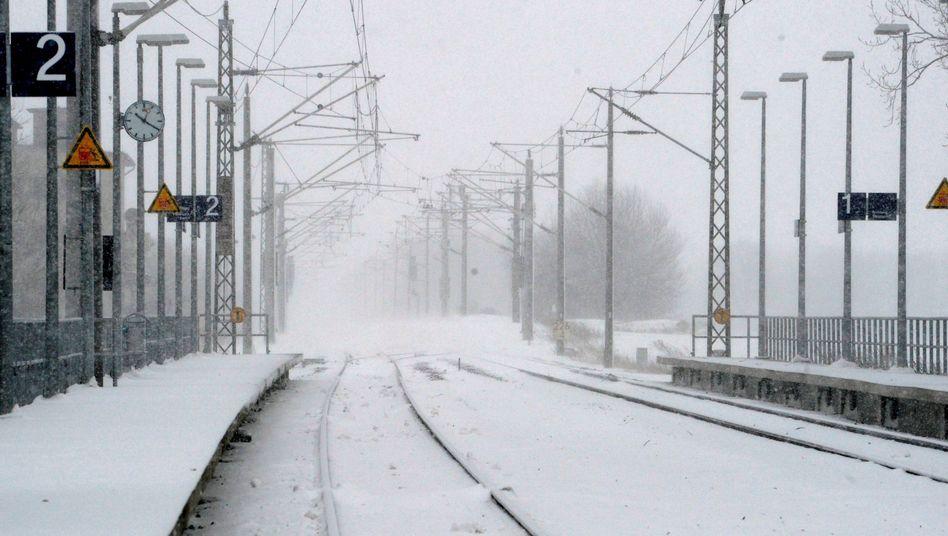 Verlassener Bahnhof im Winter: Die Bahn will nicht entschädigen müssen