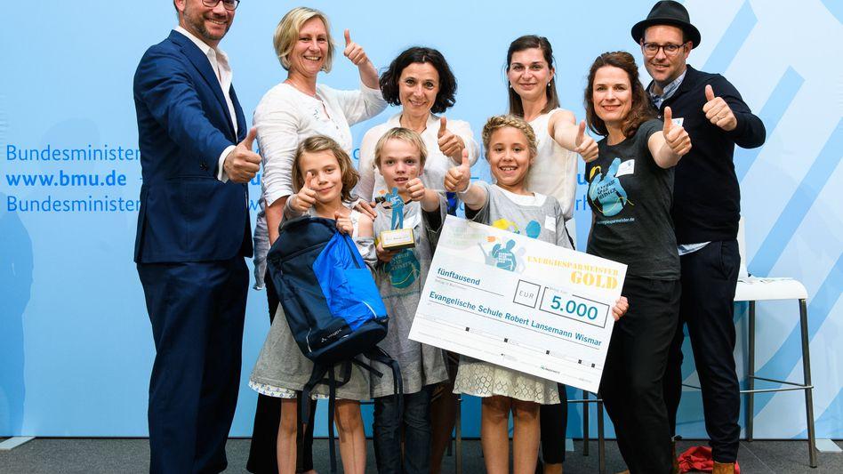 So sehen Sieger aus: Die Robert-Lansemann-Grundschule in Wismar ist Energiesparmeister 2019