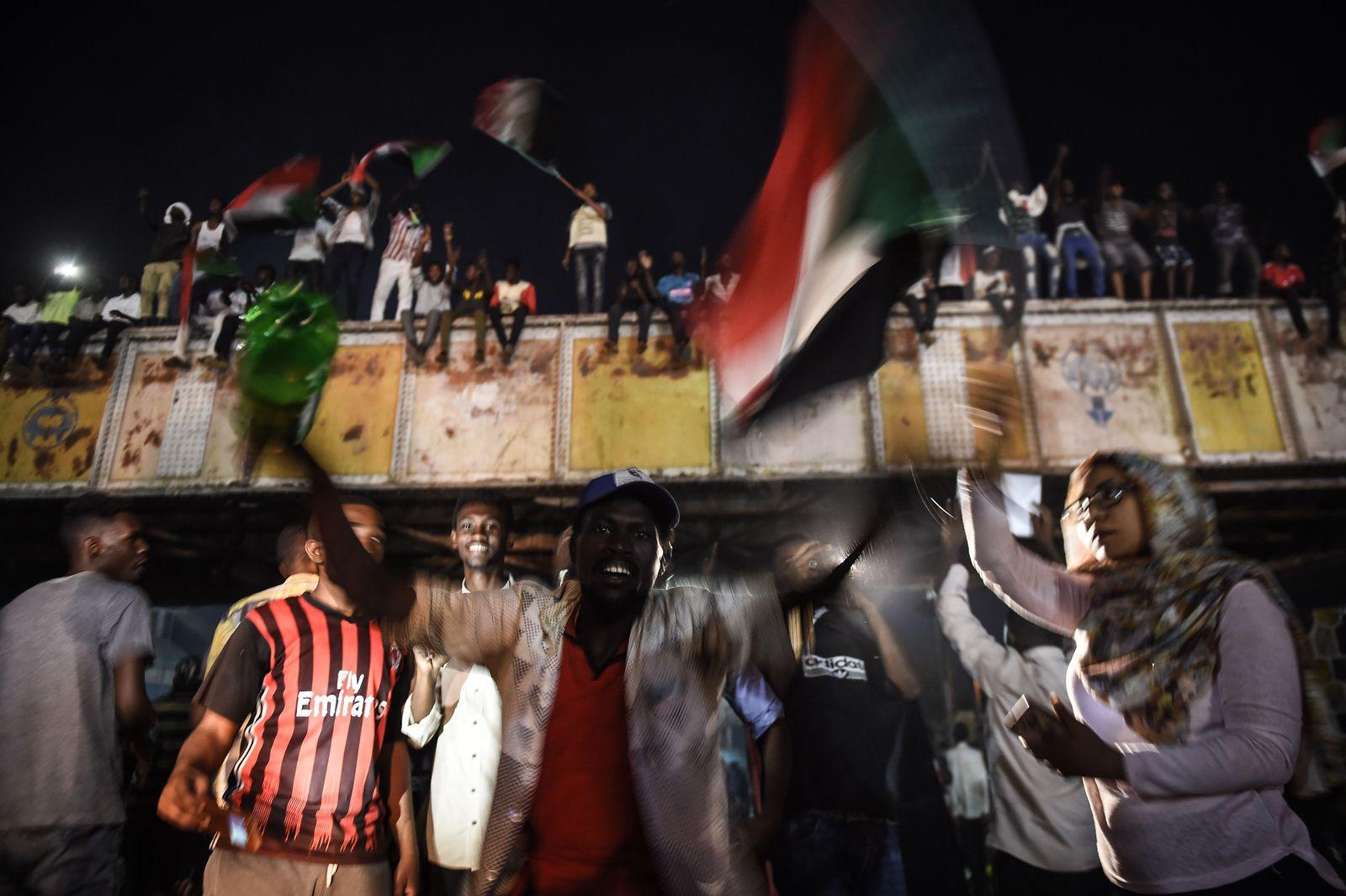 TOPSHOT-Sudan-unrest-SUDAN-UNREST-DEMONSTRATIONS-POLITICS
