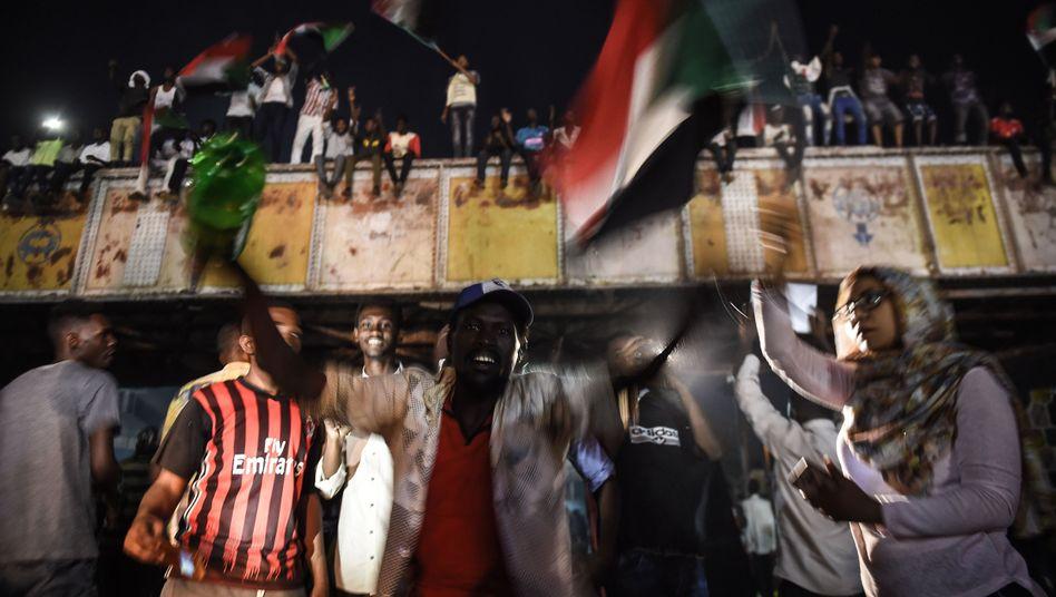 Demonstranten im Khartoum vor dem militärischen Hauptquartier