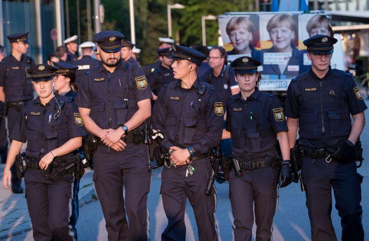 Polizisten räumen die Straße vor der CSU-Zentrale.