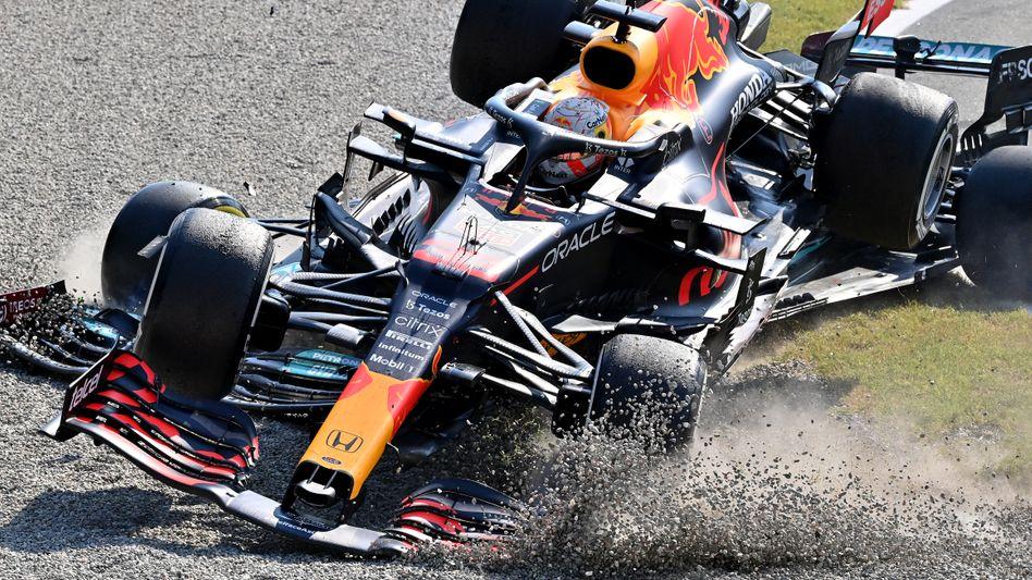 Lewis Hamilton versuchte nach dem Unfall noch, den Mercedes im Rückwärtsgang unter dem Red Bull zu befreien – vergebens