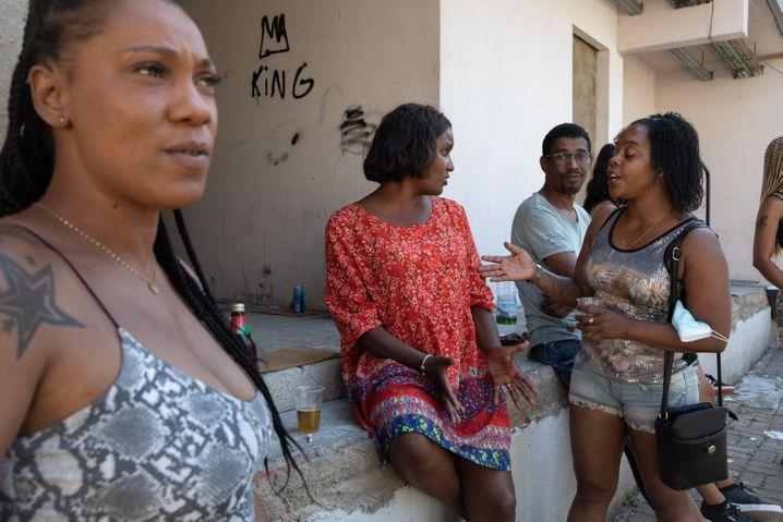 Bruno Candés Schwester Betty Candé (links) und Nichte Andreia Araújo (Mitte) mit Nachbarn und Freunden in Chelas