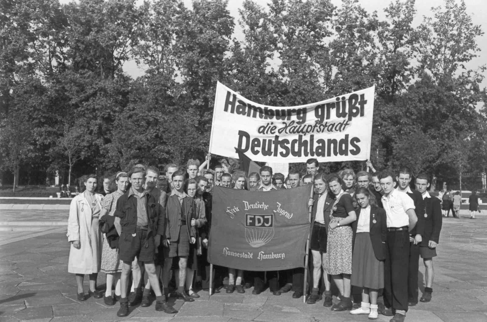 Eine FDJ-Gruppe aus Hamburg während eines Besuchs in Ost-Berlin anläßlich einer Friedensdemonstration