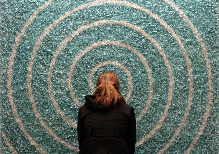 Besucherin betrachtet Bildobjekt der Künstlerin Lore Bert