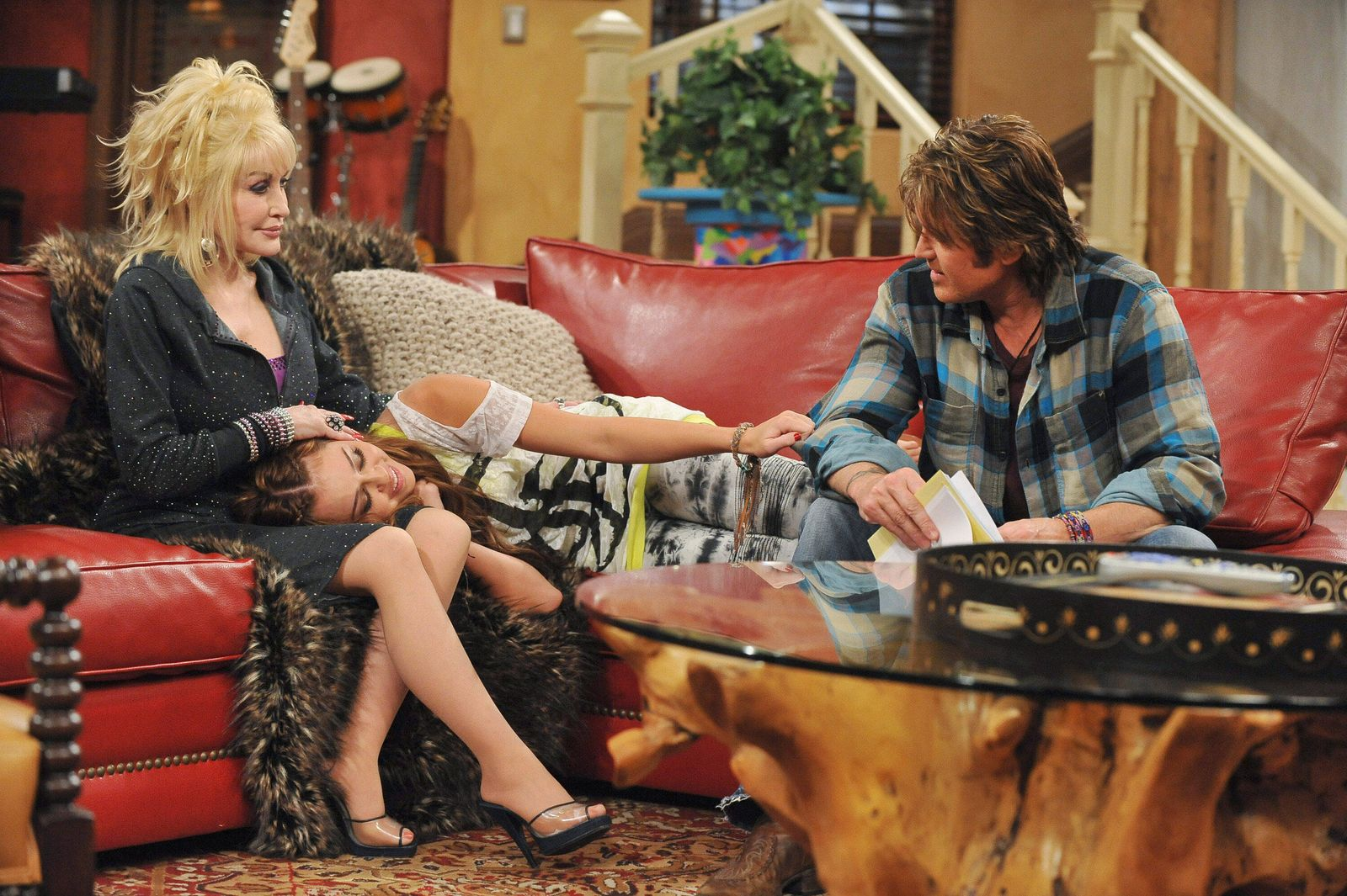 HANNAH MONTANA, (from left): Dolly Parton, Miley Cyrus, Billy Ray Cyrus, Kiss It Goodbye , (Season 4, ep. 411, aired Dec