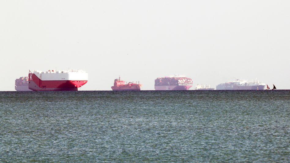 Mehr als 300 Schiffe stauen sich bereits am Suezkanal