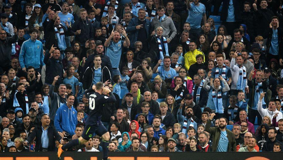 Wayne Rooney jubelt vor ManCity-Fans