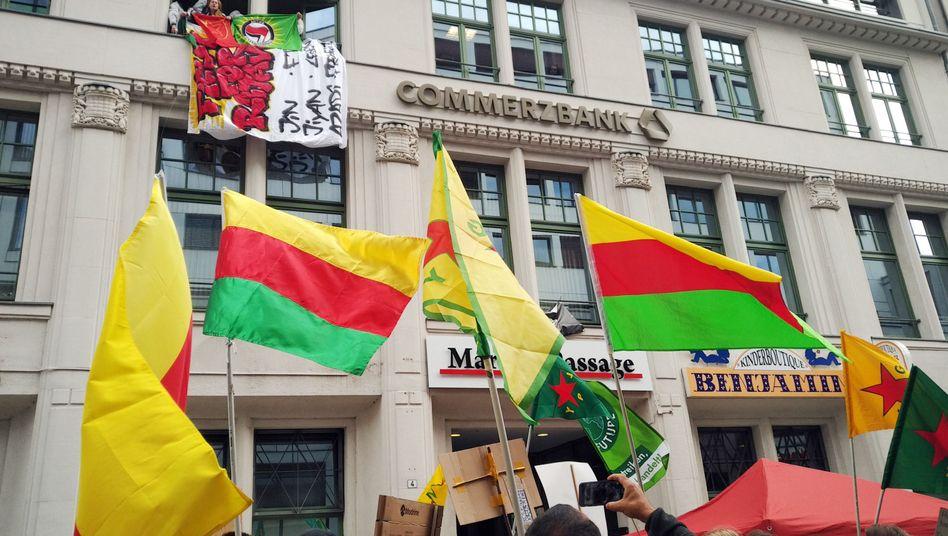 Die Aktivisten protestieren gegen die Außenpolitik der Bundesregierung
