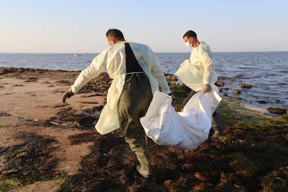 Tödliche Überfahrt: Tunesische Fischer bergen eine Leiche aus dem Mittelmeer
