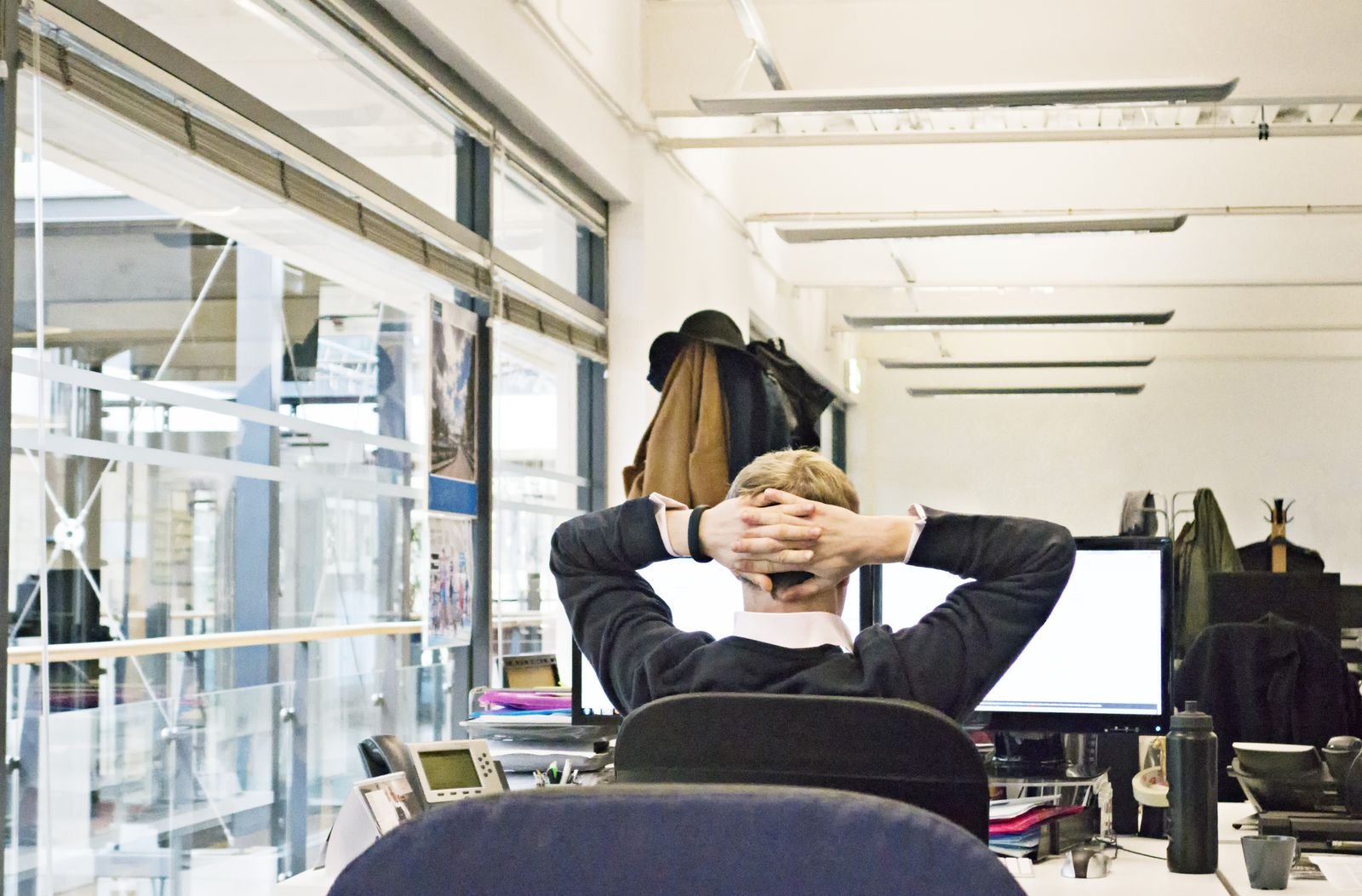EINMALIGE VERWENDUNG Büro/ abwarten/ Mann