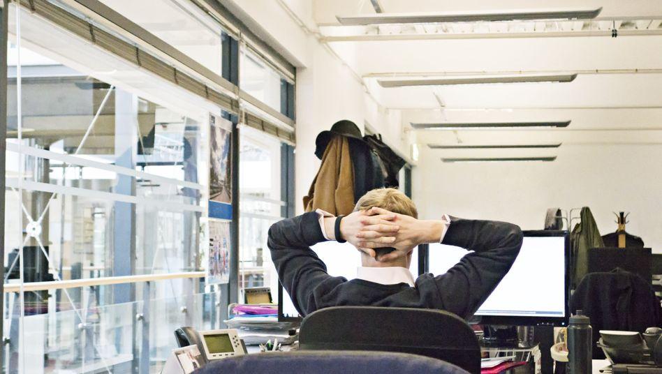 Mann vor seinem Computer: Abstand halten und die Schriftgröße verändern