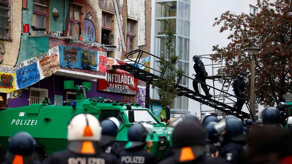 Polizisten auf dem Weg in das Haus an der Liebigstraße 34