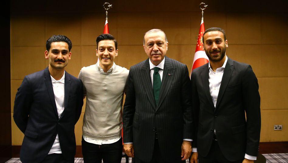 Ilkay Gündogan, Mesut Özil, Recep Tayyip Erdogan und Cenk Tosun (von links nach rechts)