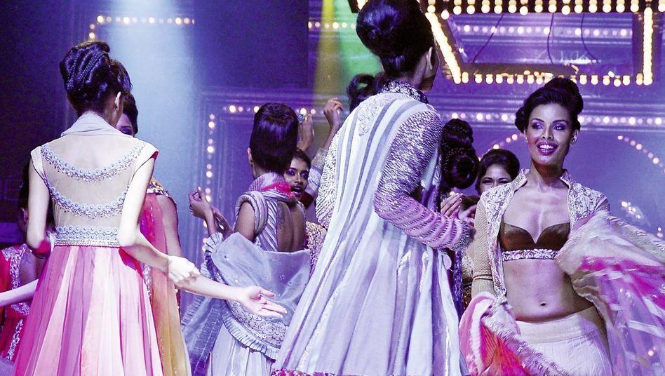 Mode von Designer Malhotra auf der Lakme Fashion Week in Mumbai