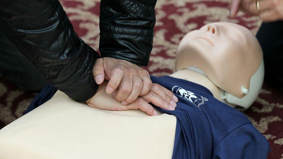 """Herzmassage an Puppe: Drücken zum Beat von """"Stayin' Alive"""""""
