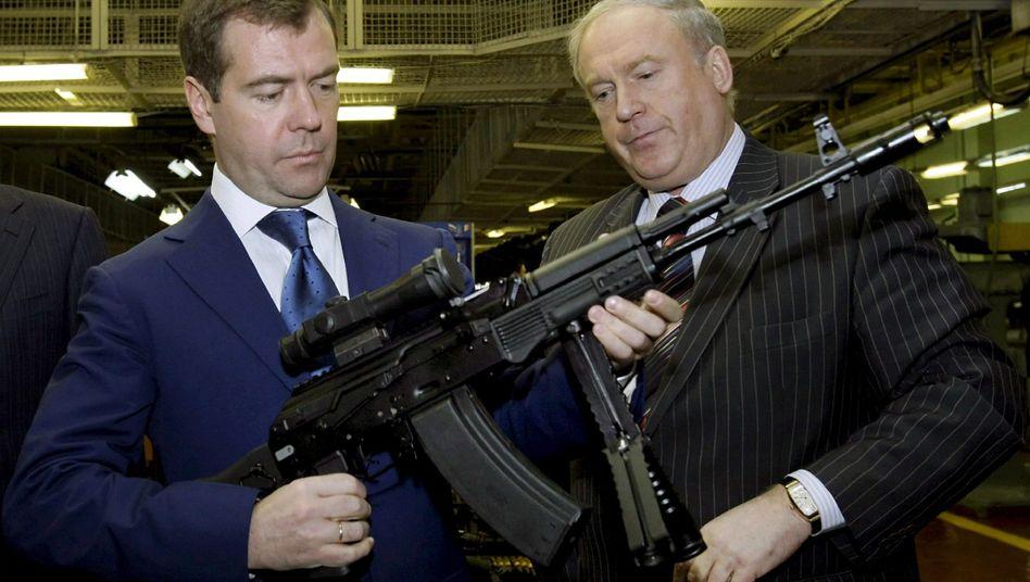 Russlands Präsident Medwedew (links) in Kalaschnikow-Fabrik: Hausgemachte Probleme