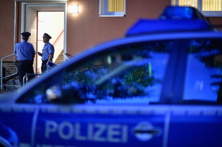Polizisten vor der Wohnung Claus-Brunners