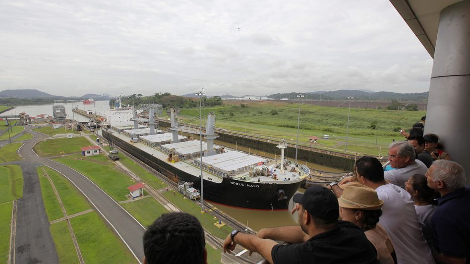 Zuschauer bei Eröffnung der Panamakanal-Erweiterung