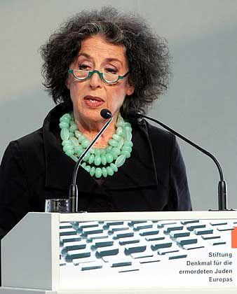 Lea Rosh bei der Eöffnungsfeier für das Mahnmal: Backenzahn herumgezeigt