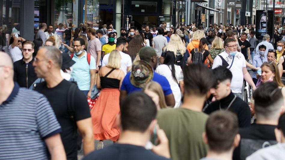 Einkaufsstraße in Köln: Vier Prozent der Deutschen können sich vorstellen, im zweiten Halbjahr ungeplant Geld für Elektronik auszugeben