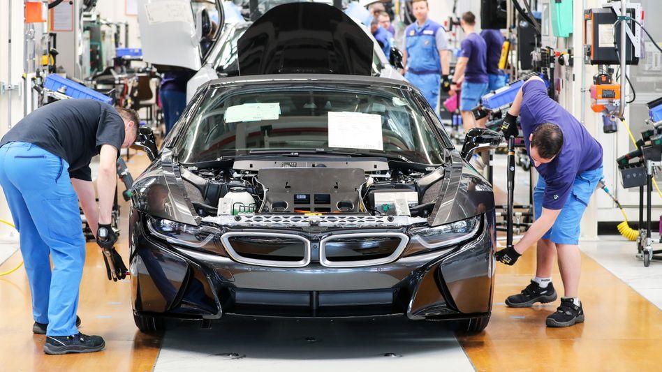 Auch Mitarbeiter in BMW-Werken (hier in Leipzig) wurden in Kurzarbeit geschickt