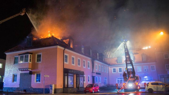 Flüchtlingsheim in Bautzen: Dachstuhl in Flammen