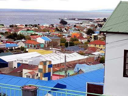 Die roten und gelben und blauen Holzdächer von Punta Arenas