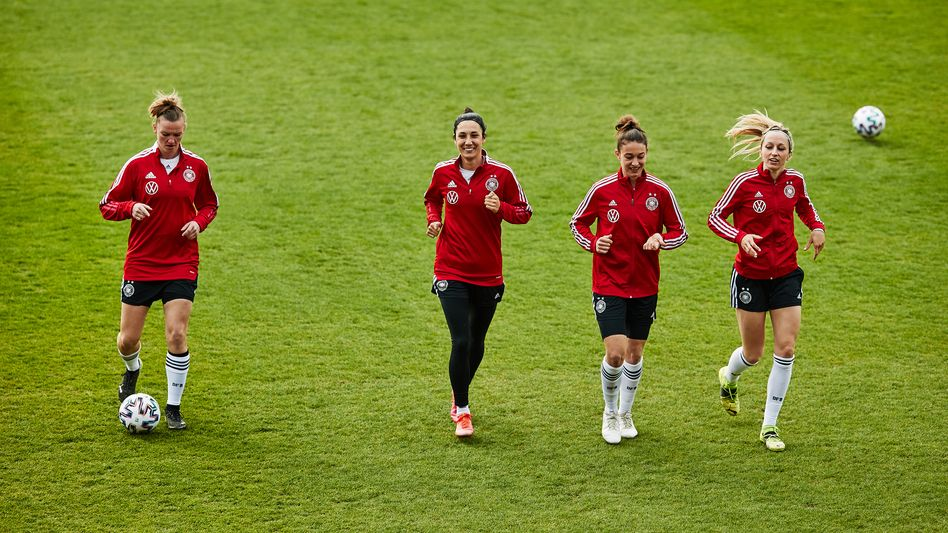 DFB-Team um Sara Doorsoun (2.v.l.): Positiver Befund vor Testpartie