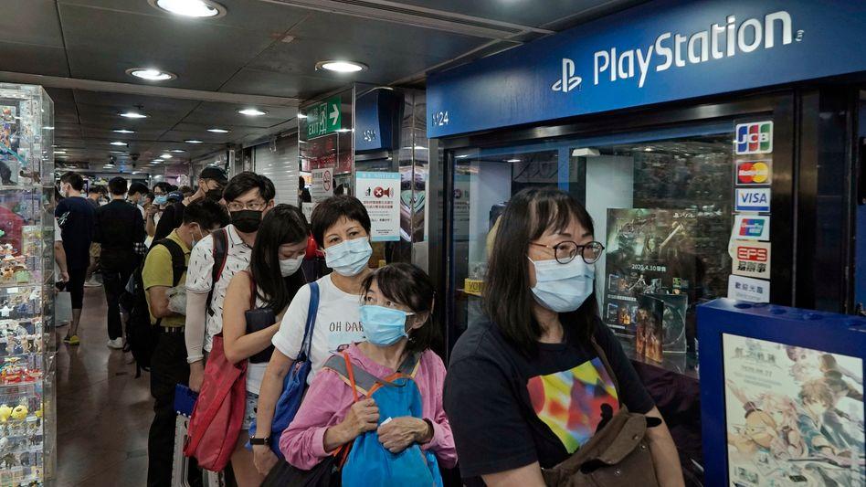 Gaming-Fans stehen in Hongkong für die PlayStation 5 Schlange