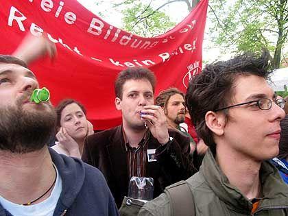 Sascha Vogt (Mitte) vom ABS und Mitstreiter: Pfeifen, pfeifen, pfeifen