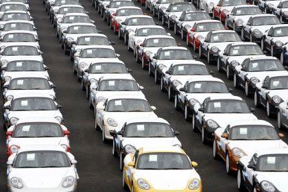 Porscheautos im Hafen von Emden: Mehr als drei Milliarden Euro an Krediten sind binnen sechs Monaten zurückzuzahlen