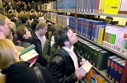 Informationssuche klassisch: Stöbern in der Uni-Bibliothek