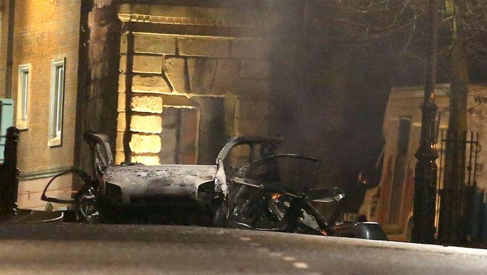 Zerstörtes Auto am Explosionsort in Londonderry