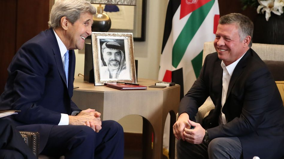 Jordaniens König Abdullah II (r.) mit US-Außenminister John Kerry (l.): Auf der Suche nach einer Lösung für die eskalierende Gewalt
