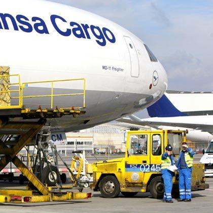 """Eine Maschine der Lufthansa Cargo in Frankfurt: """"Flugrechte haben nichts mit einem möglichen Umzug zu tun"""""""