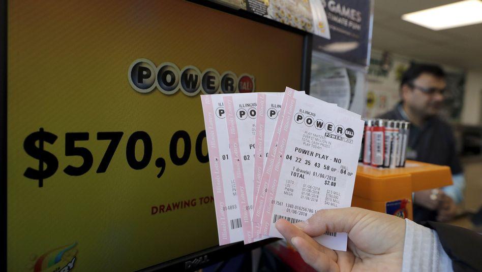 Kunde zeigt Powerball-Lotterieschein