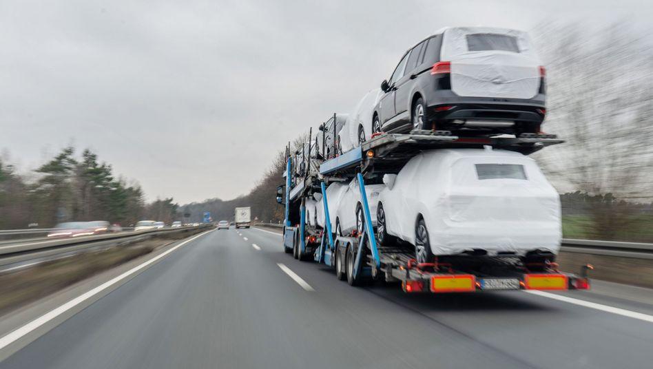 Autotransporter mit VW-Neuwagen