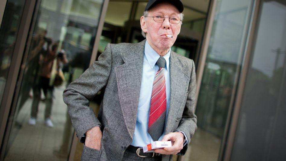 Rauchender Mieter Friedhelm Adolfs: Niederlage vor Gericht