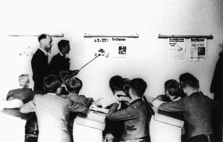 """Hier wird um 1935 herum das Hetzblatt """"Der Stürmer"""" als Lehrmaterial im Unterricht verwendet"""
